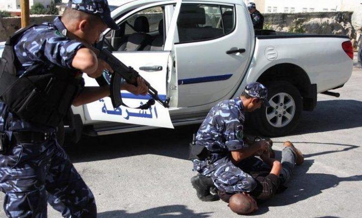 """""""المخابرات"""" تلقي القبض على عصابة في رام الله"""
