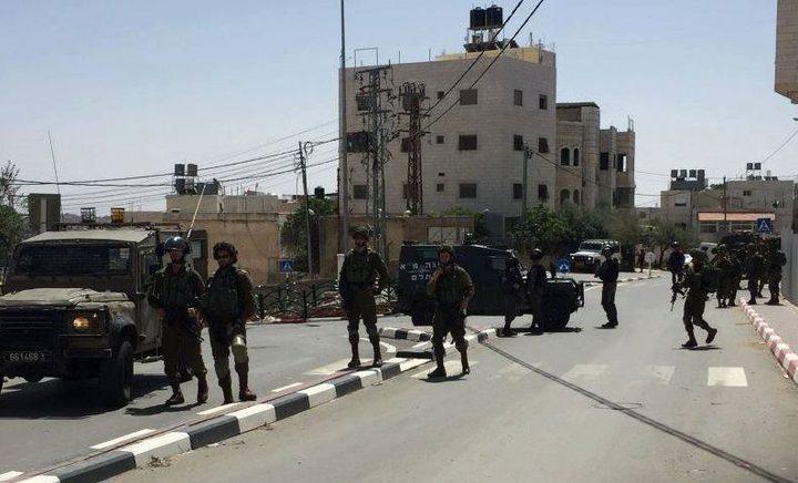الاحتلال يغلق شارع منطقة المحول في الخليل