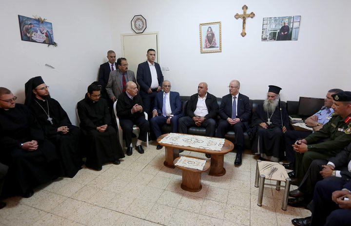 خلال زيارة كنيسة الروم الكاثوليك في نابلس: الحمد الله يهنئ المسيحيين بعيد الفصح