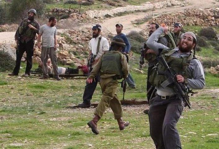 الاحتلال ومستوطنوه يجبرون مزارعاً وأشقاءه على مغادرة أرضهم