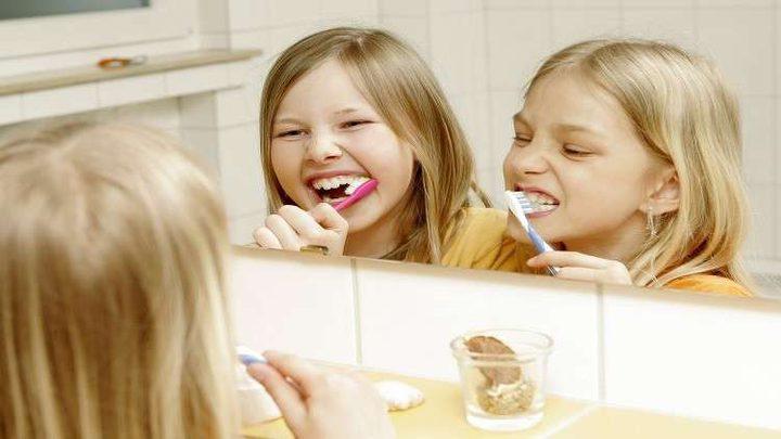 تنظيف الأسنان بعد تناول الطعام مباشرة عادة خطرة!