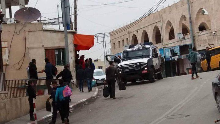 قوّات الاحتلال تحاصر مدرسة ذكور نحالين وحالات اختناق بين الطلبة
