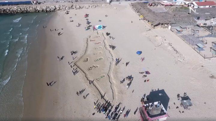 بالفيديو.. رسام غزي يرسم خارطة فلسطين على رمال البحر