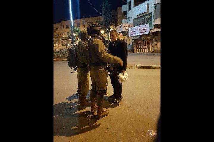 الاحتلال يعتقل ثلاثة أشقاء من دير سامت وآخر من بيت أمّر