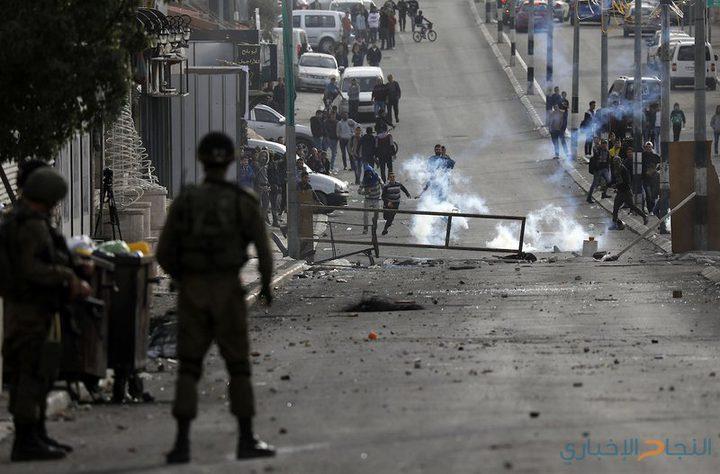 قوات الاحتلال تمنع الشبان من فتح الطريق المغلق شرق نابلس