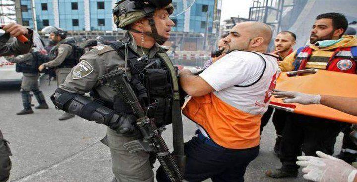 قوات الاحتلال تعتدي على مسعفين ومتطوعين شمال البيرة