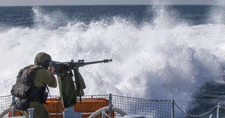الاحتلال يستهدف مراكب الصيادين شمال ووسط قطاع غزة