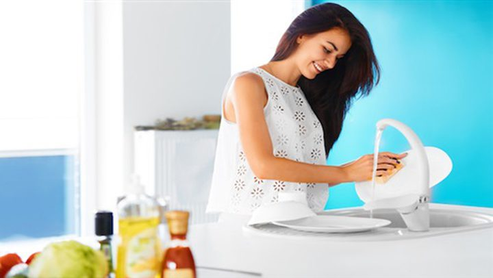 ما هي الفائدة الصحية من غسل الصحون ؟