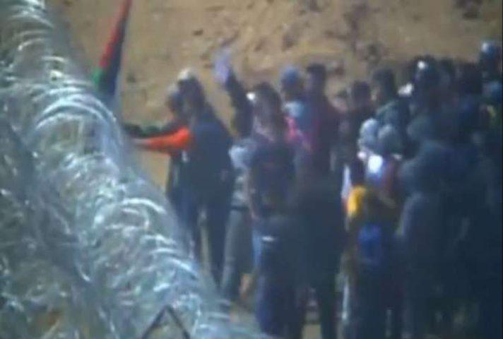 الشبان ينجحون بإزالة جزء من السياج الأمني شرق خانيونس