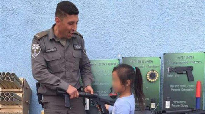 هآرتس: عناصر قوات الإحتلال يدربون أطفالهم على السلاح