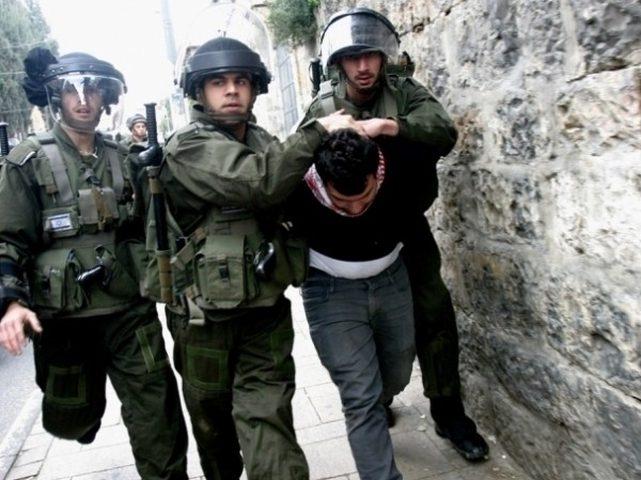الاحتلال يعتقل شاباً بعد دهم منزله