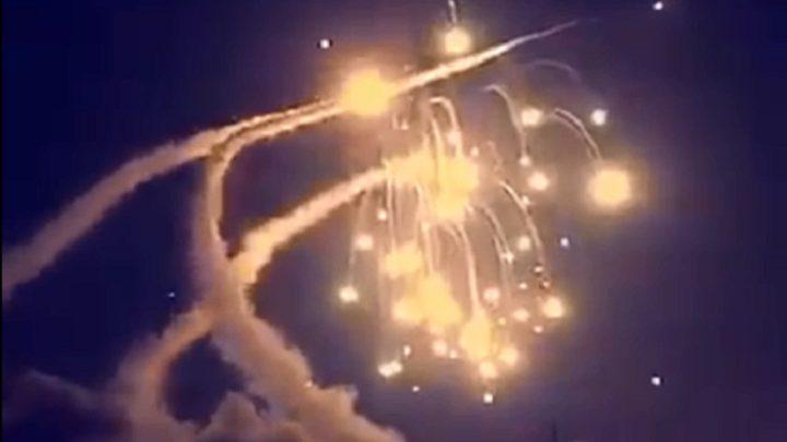 صواريخ الدفاع الجوي الروسية تسقط أهدافًا مجهولة فوق قاعدة حميميم في سوريا