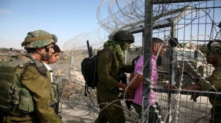 قوات الاحتلال تعتقل ثلاثة مواطنين شرق خان يونس