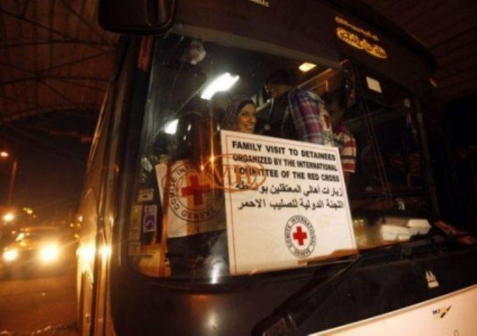 الصليب الأحمر: أهالي 18 معتقلًا يغادرون غزة لزيارة أبنائهم في سجن نفحة