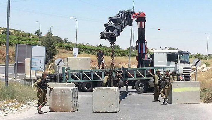 الاحتلال ينصب بوابة حديدية في قرية خرسا جنوب الخليل