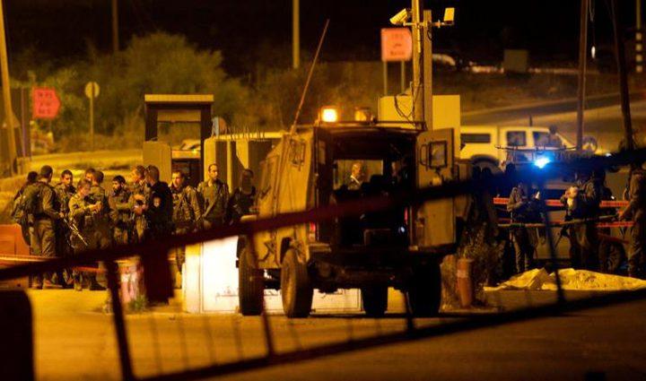 الاحتلال يقيم حاجزاً على مدخل قلقيلية ويعتقل شابًا في عزون