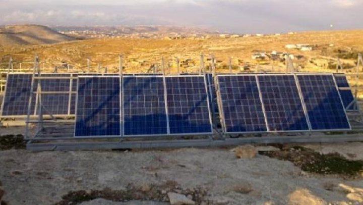 الاحتلال يهدم غرفة سكنية ويستولي على خلايا شمسية وخزانات مياه جنوب الخليل