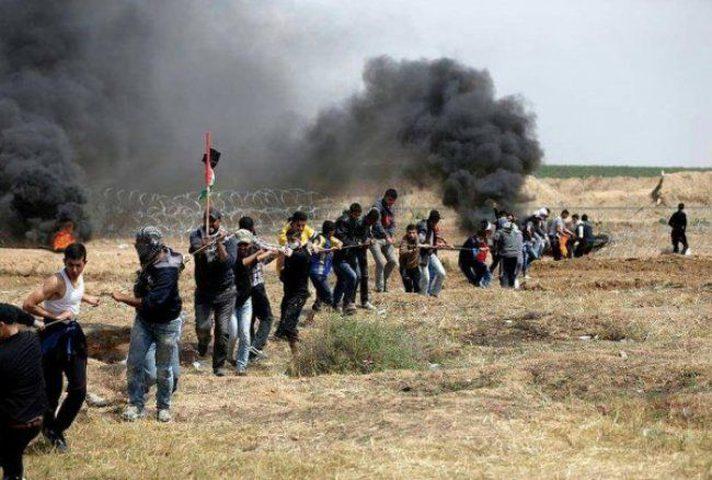 الاحتلال يطلق قنابل الغاز تجاه شبان اقتربوا من السياج الشائك شرق خزاعة