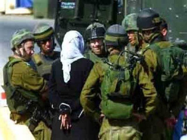 الاحتلال يعتقل سيدة بدعوى حيازتها سكينا