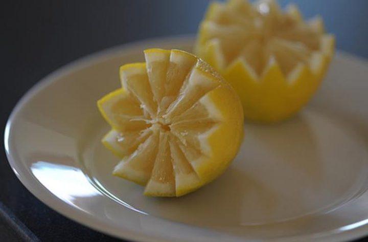 لماذا يجب أن تضع شرائح الليمون بالقرب من سريرك؟