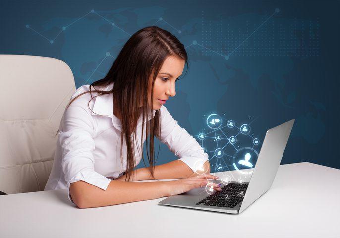 دراسة:ارتفاع انعدام الثقة عند النساء بعد قضاء ساعة على مواقع التواصل الاجتماعي