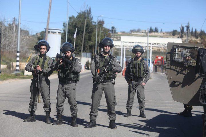 الاحتلال يحتجز مقدسيين بمركبتهما أكثر من 3 ساعات