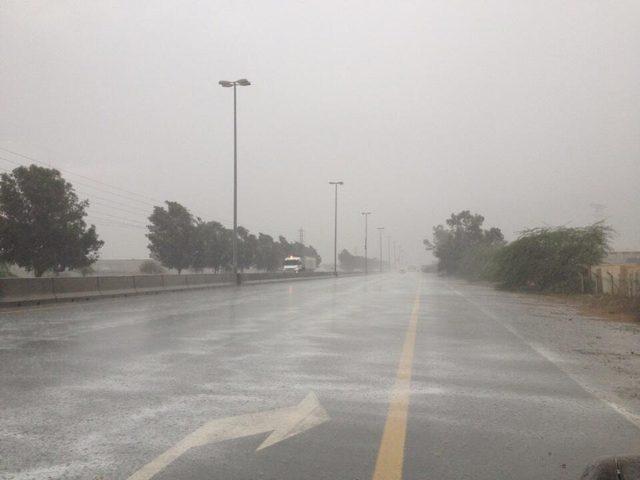 أمطار في الإمارات بعد موجة من الغبار