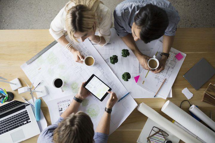 شرب القهوة قبل وأثناء اجتماعات العمل يجعلك أكثر يقظة