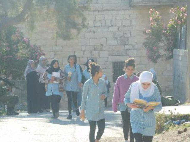 جنود الاحتلال ينكلون بطالبات مدرسة الخضر