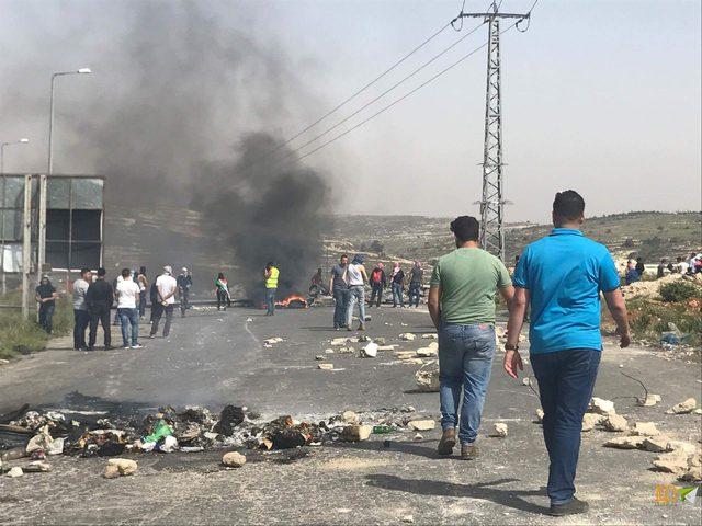 الاحتلال يغلق مدخل بيتا بالسواتر الترابية