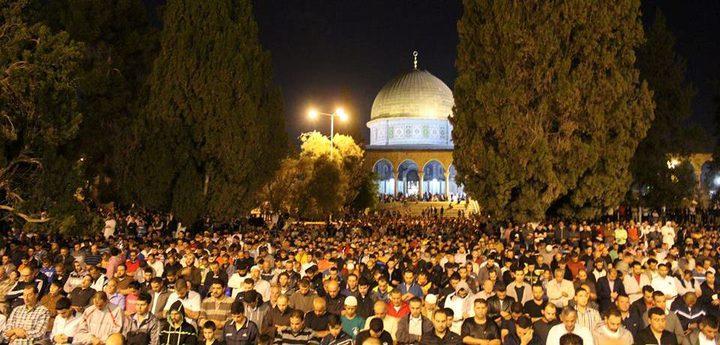 عشرات الآلاف يؤدون الصلاة برحاب الأقصى