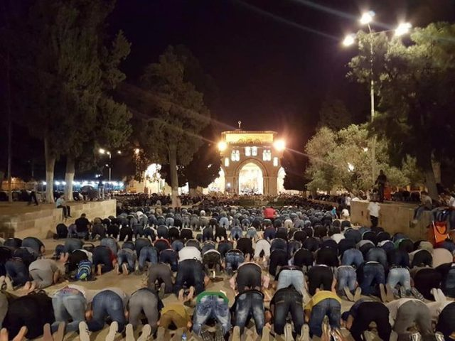 صور.. 80 ألف مُصل يؤدون صلاة التراويح في المسجد الأقصى