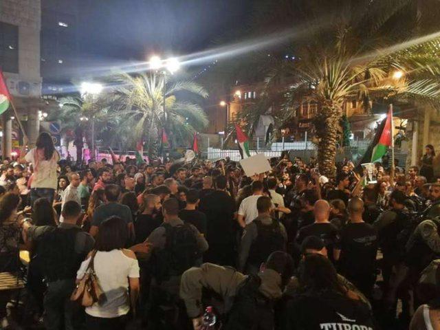 صور وفيديو: الاحتلال يقمع مظاهرة في حيفا خرجت نصرةً للقدس وغزة