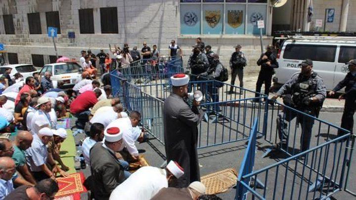 مبعدو المسجد الأقصى يصلّون عند أبوابه