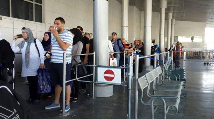 الاحتلال يمنع 12 شاباً من السفر عبر معبر الكرامة