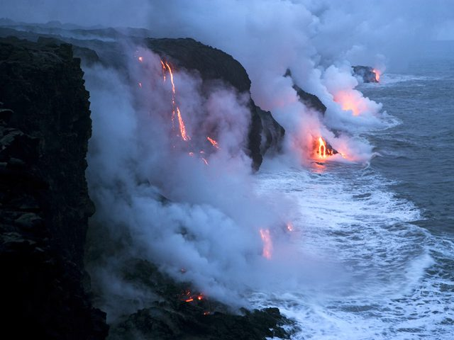 """""""نهر الجحيم"""" يتدفق في هاواي"""