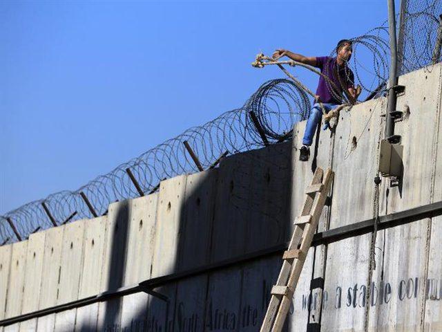 إسرائيل تستكمل بناء جدار على الحدود مع الأردن (فيديو)
