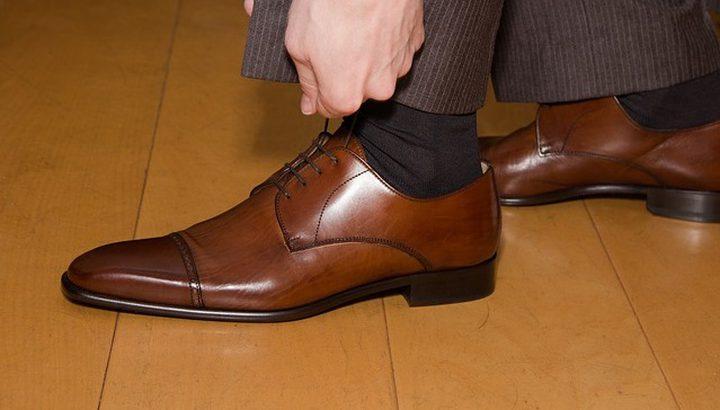 العلم يكشف فائدة غريبة لخلع الحذاء فور دخول المنزل