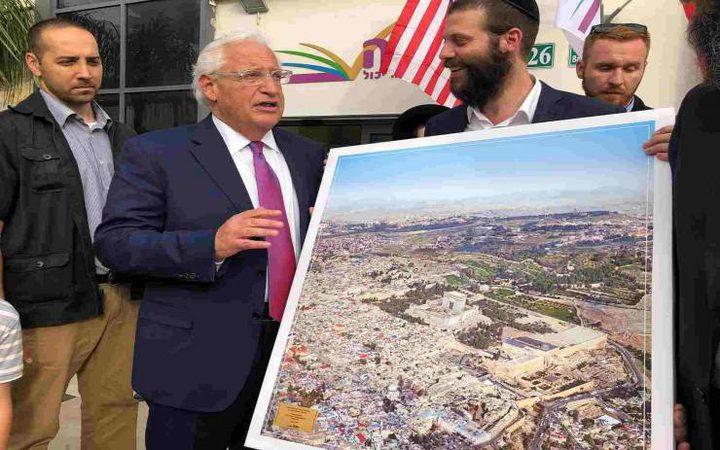 منظمة للمستوطنين تسلم السفير الأميركي صورة للأقصى بدون قبة الصخرة