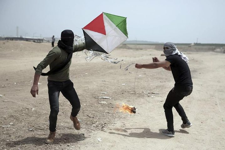 لائحة اتهام بحق فلسطينيين من غزة لإطلاقهما طائرات ورقية