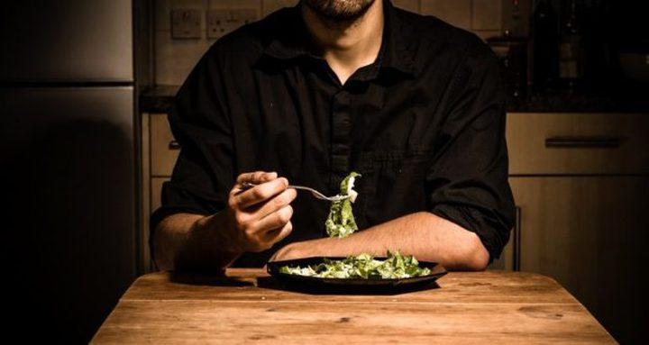 ما هي علاقة الأكل وحيدًا بالمشاكل النفسية والإقتصادية ؟