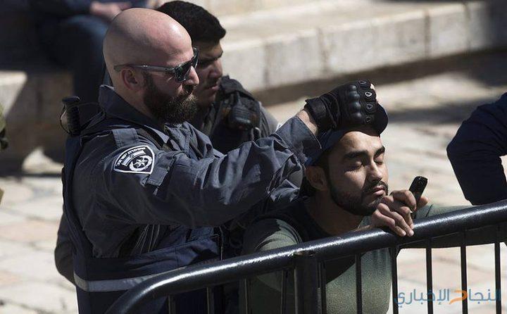 فيديو: الاحتلال يعتقل شابا بعد الاعتداء عليه بالضرب عند باب العامود