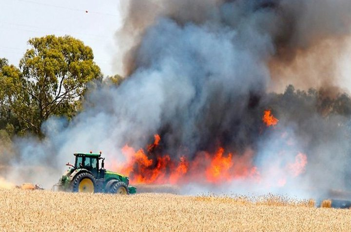 اندلاع 5 حرائق في غلاف غزة بفعل طائرات ورقية حارقة