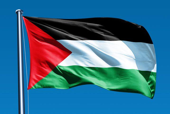 الكنيسة الإنجيلية التشيكية ترفع العلم الفلسطيني على أسوارها للمرة الأولى