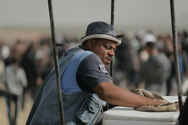 """استشهاد """"بائع البراد"""" متأثرا بجراحه في غزة"""
