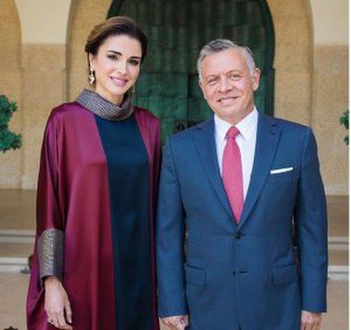 الملكة رانيا تخطف قلوب المتابعين بالعباءة الملونة