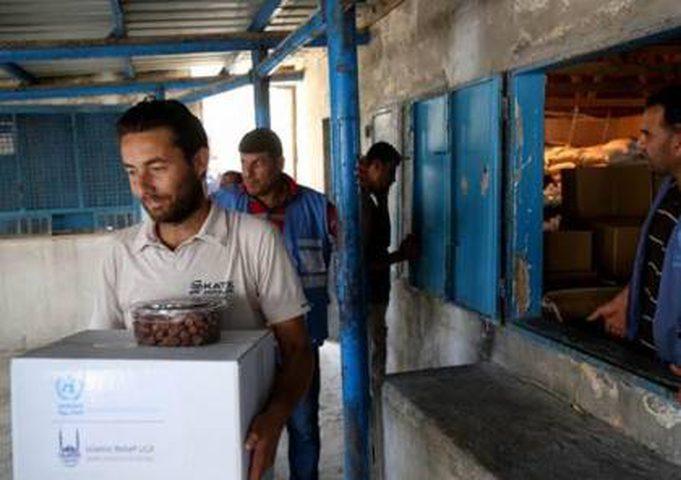 """""""الأونروا"""" تقدم طروداً غذائية لوجبة السحور للأسر الفقيرة اللاجئة في غزة"""