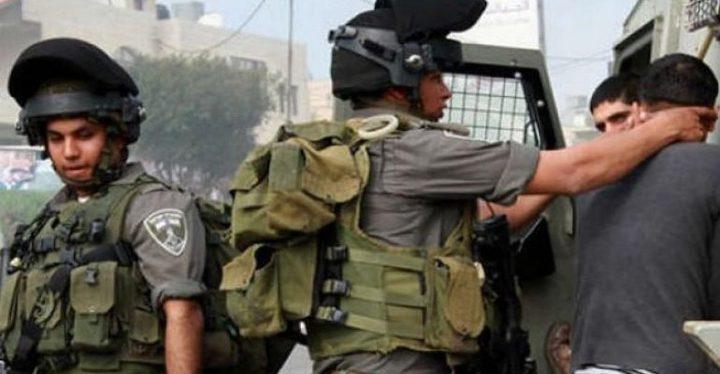 الاحتلال يعتقل شقيقين ويعتدي على والدتهما