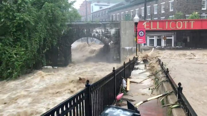 الفيضانات تلتهم السيارات في شوارع أمريكا