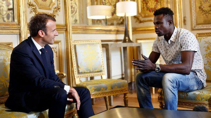 ماكرون يمنح الجنسية لمهاجر مالي غير شرعي أنقذ طفلاً(فيديو)